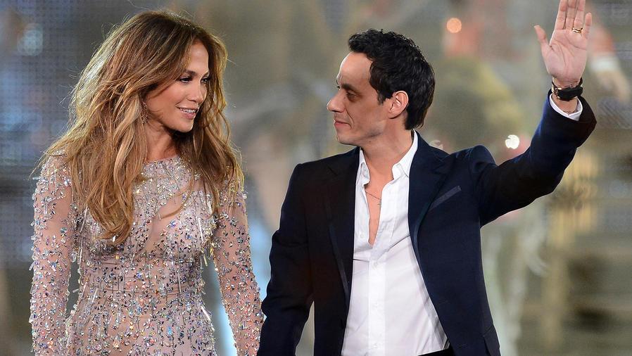 "Jennifer Lopez y Marc Antony en la final de ""Q'Viva!"" en Las Vegas, 2012."