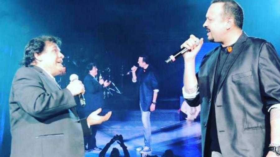 Pepe Aguilar y Juan Gabriel cantando