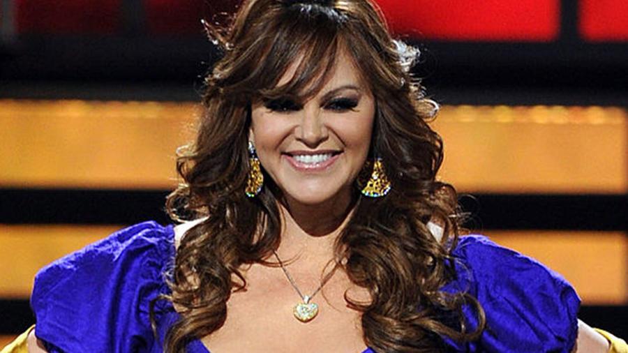 Jenni Rivera en vestido azul con amarillo