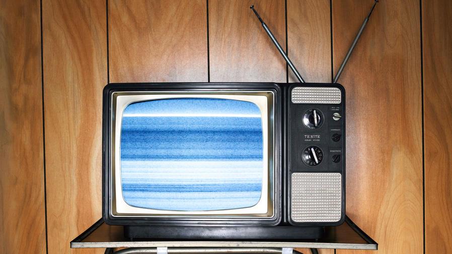 Televisor vintage encendido