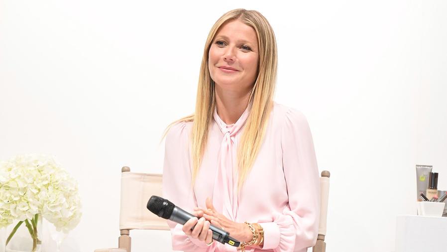 Gwyneth Paltrow con micrófono