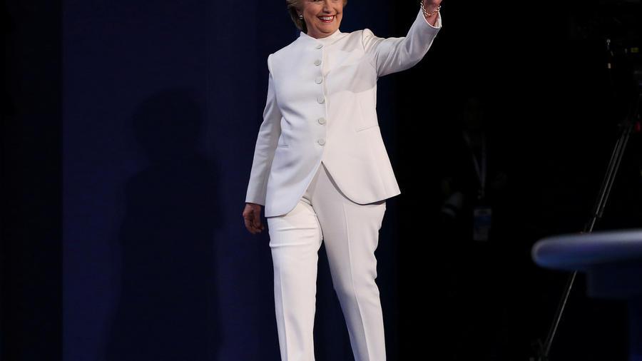 Hillary Clinton camina sobre el escenario en Las vegas durante el tercer debate presidencial.