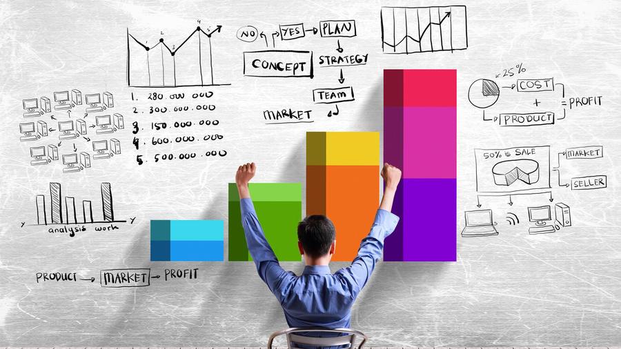 Gerente de marketing frente a gráficas