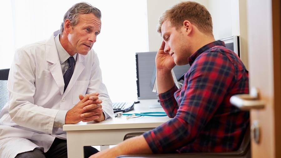 Paciente joven triste en consultorio medico
