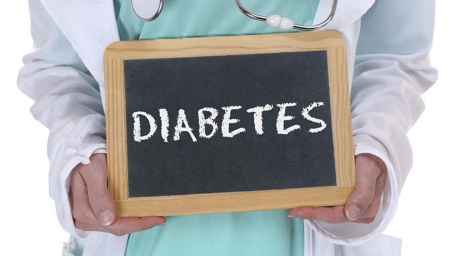 Mujer sosteniendo cartel de diabetes