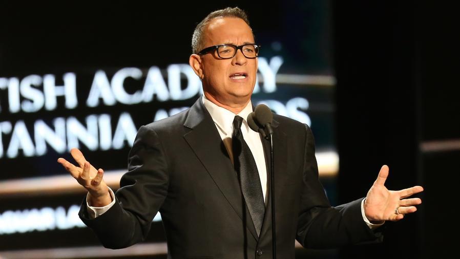 Tom Hanks de traje hablando en público