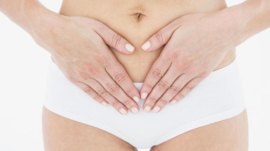Abdomen y piernas de mujer en ropa interior blanca