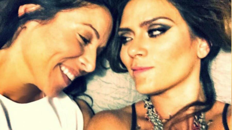 Kany Garcia y Jocelyn Troche juntas sonriendo acostadas
