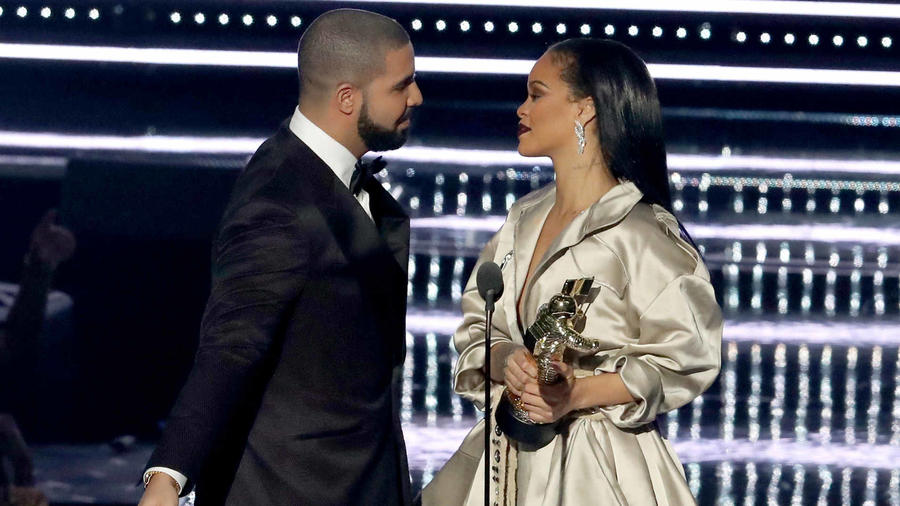 Rihanna y Drake durante los premios MTV 2016