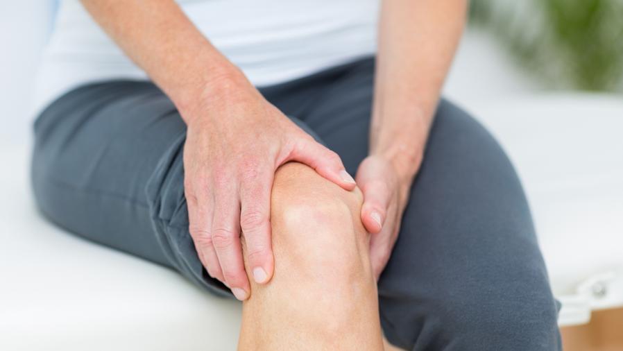 Hombre con dolor de rodilla