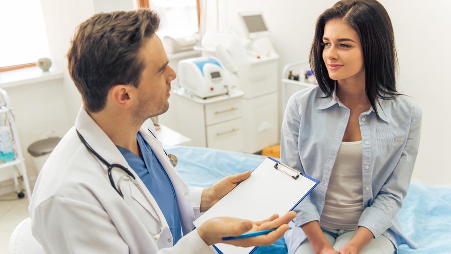 Mujer hablando con médico