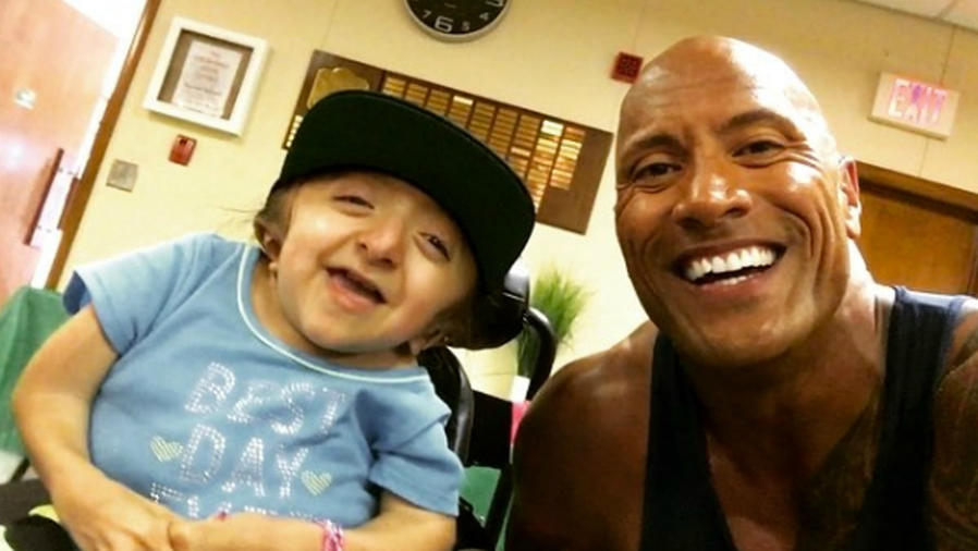 The Rock visita a una fan y sorprende a su familia.