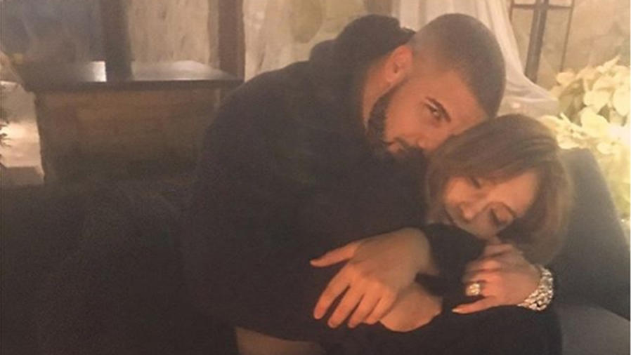 Jennifer Lopez y Drake, abrazados, en una fotografía que los dos subieron a sus cuentas de Instagram.