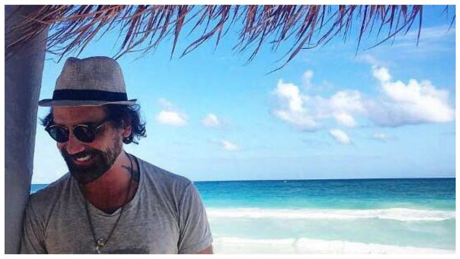 Alejandro Fernández envía un saludo desde la playa en México.