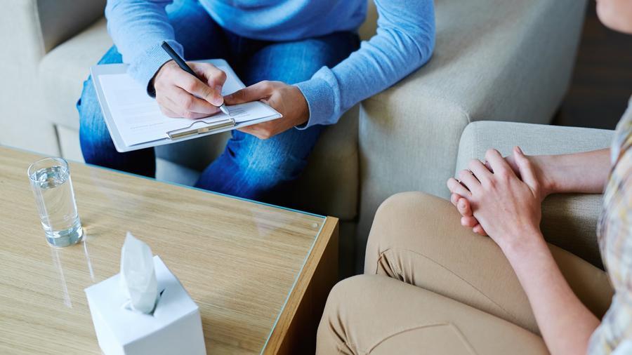 Mujer hablando con terapeuta