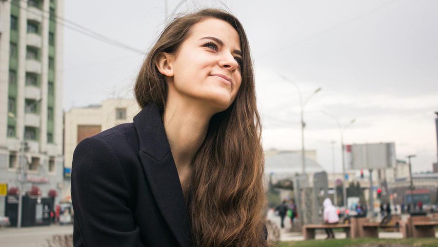 Mujer sonriendo y viendo al cielo