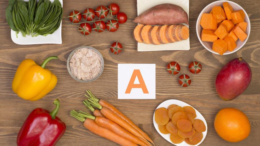Diversos alimentos rojos, amarillos y naranjas