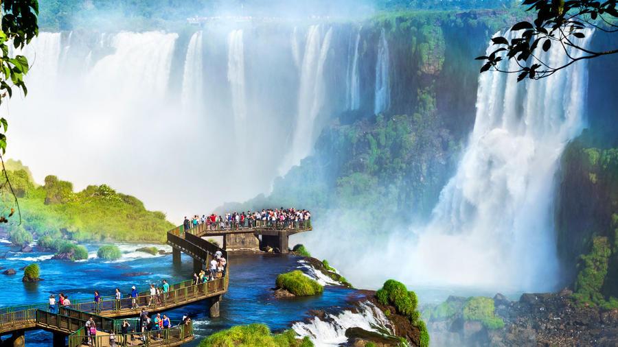 Turistas mirando las cataratas de Iguazú