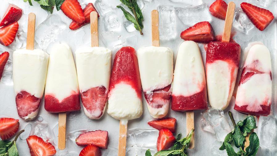 Palitos de helado de yogur y frutilla