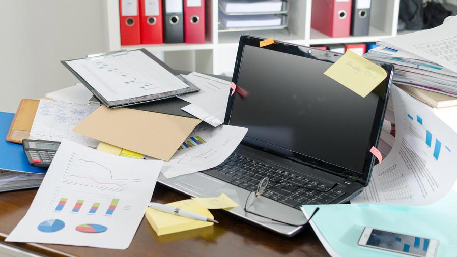 Escritorio desordenado en la oficina