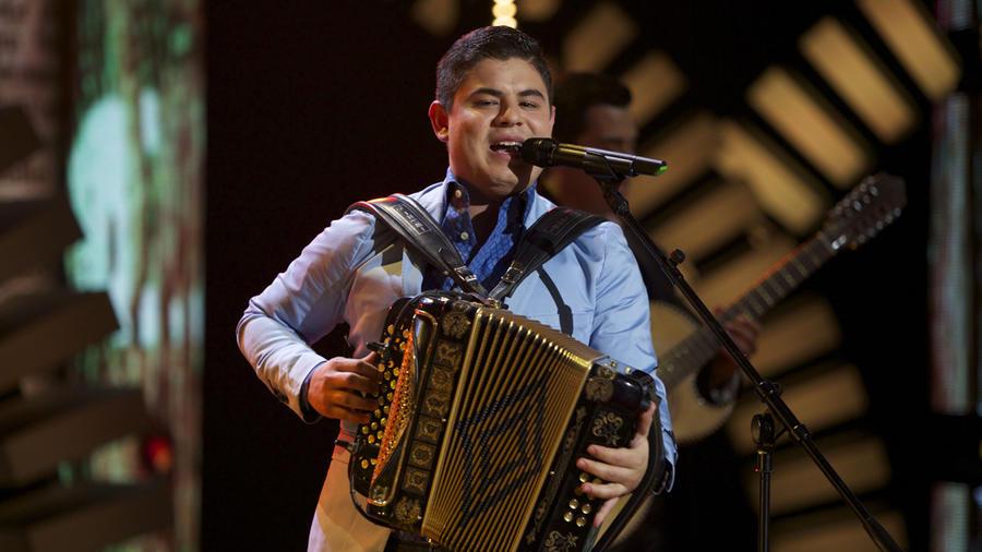 Alfredo Olivas canta en Siempre Niños