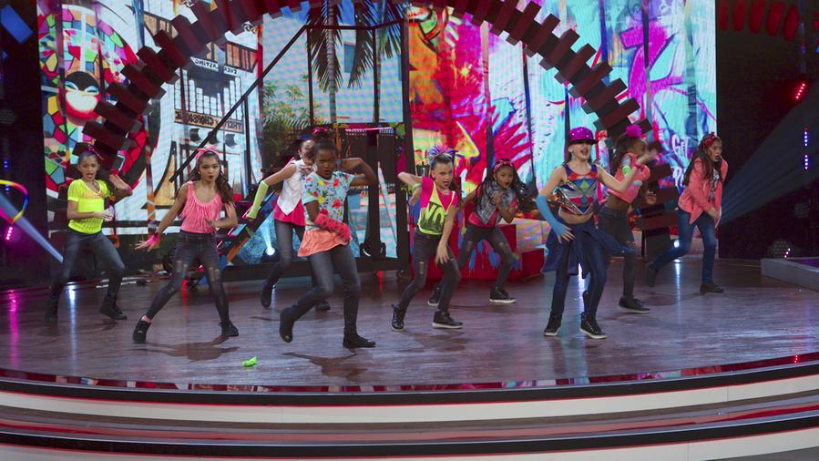 Paramount Dance Studio y Dance Master bailan jazz latino en Siempre Niños