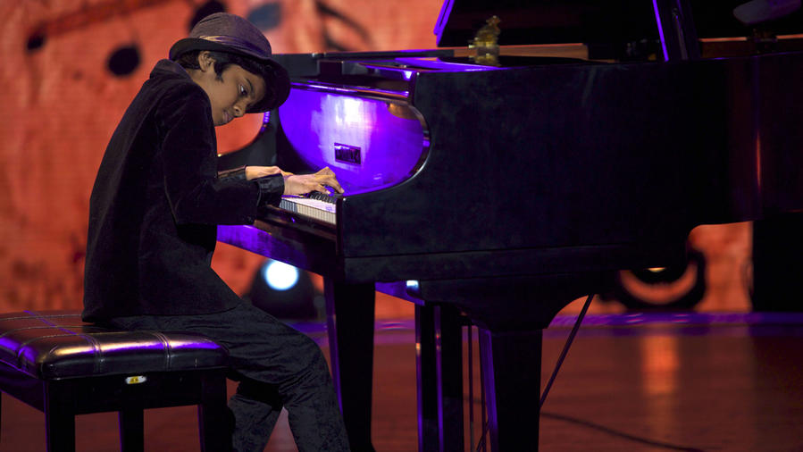 Lydian Nadhaswaram tocando el piano