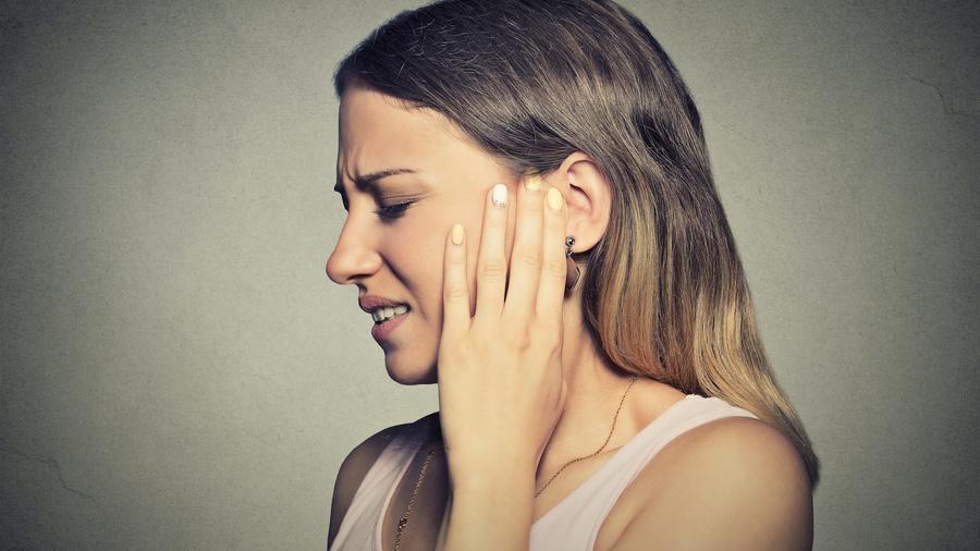Mujer con dolor de oído