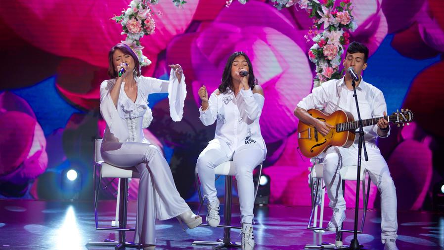 Madre cantando con sus hijos