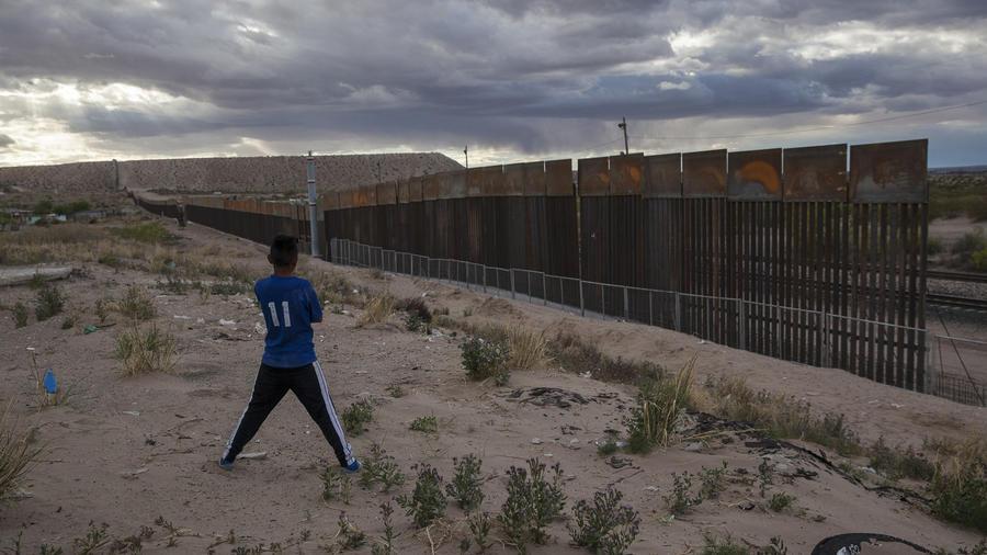 Un joven en Anapra, Ciudad Juárez, México contemplando la construcción de una cerca metálica en la frontera frente a Sunland Park, Nuevo México el 29 de marzo del 2017.