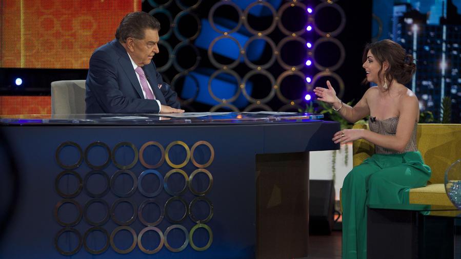 Isabel Burr hablando con Don Francisco