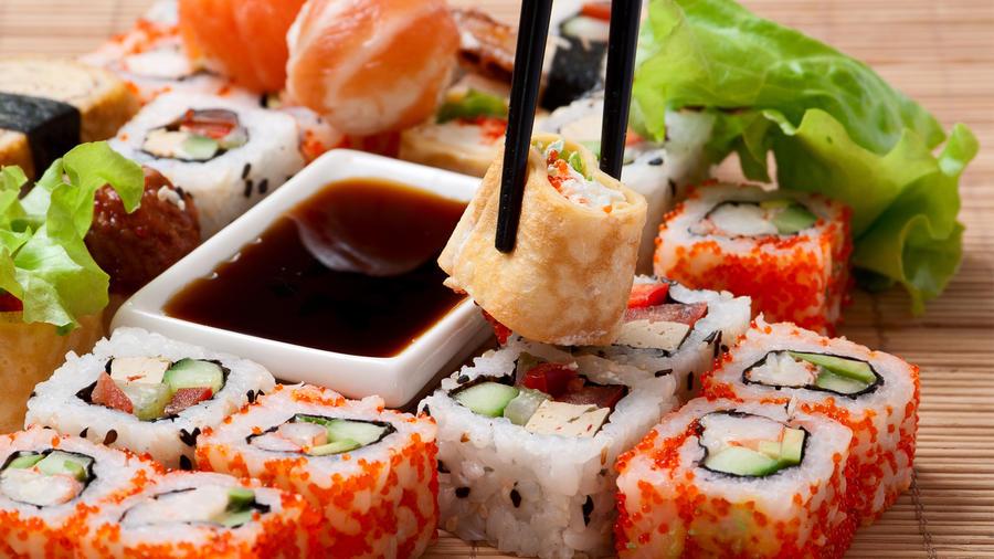 Variedad de sushi y salsa de soja