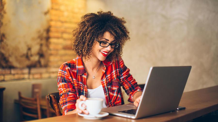 Mujer trabajando en cafetería