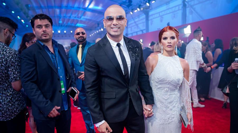Wisin y su esposa llegan a Premios Billboard 2017