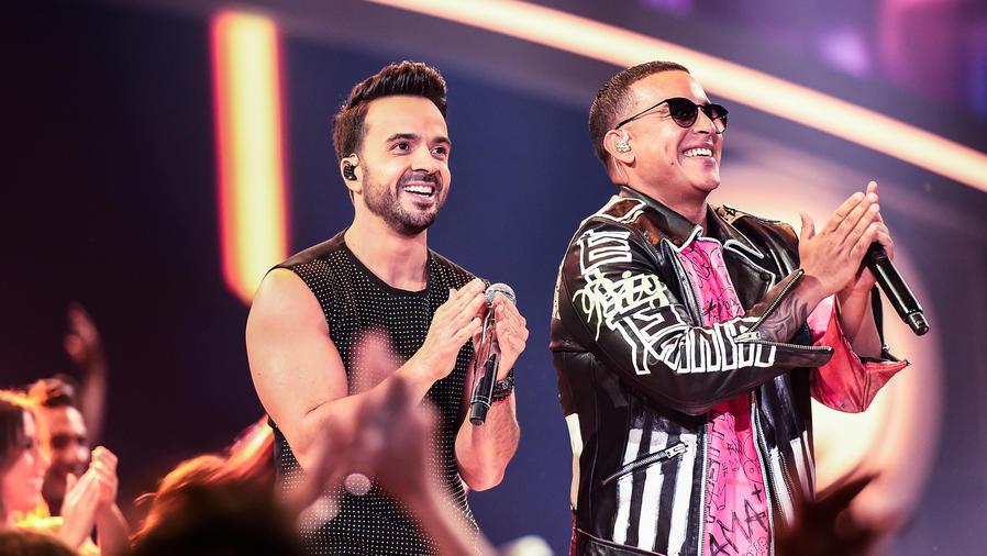 Luis Fonsi y Daddy Yankee cantando Despacito en Premios Billboard 2017