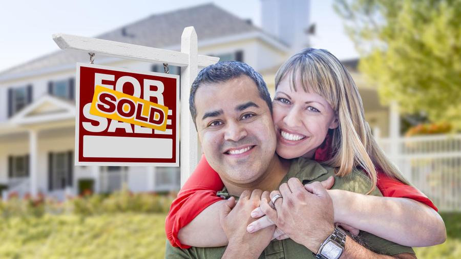 Pareja abrazada comprando una casa