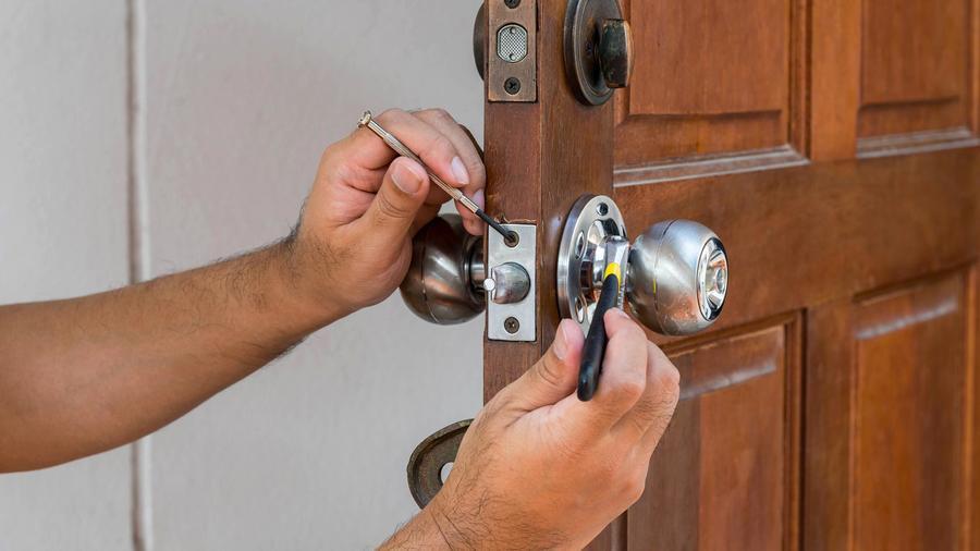 Cerrajero colocando una cerradura