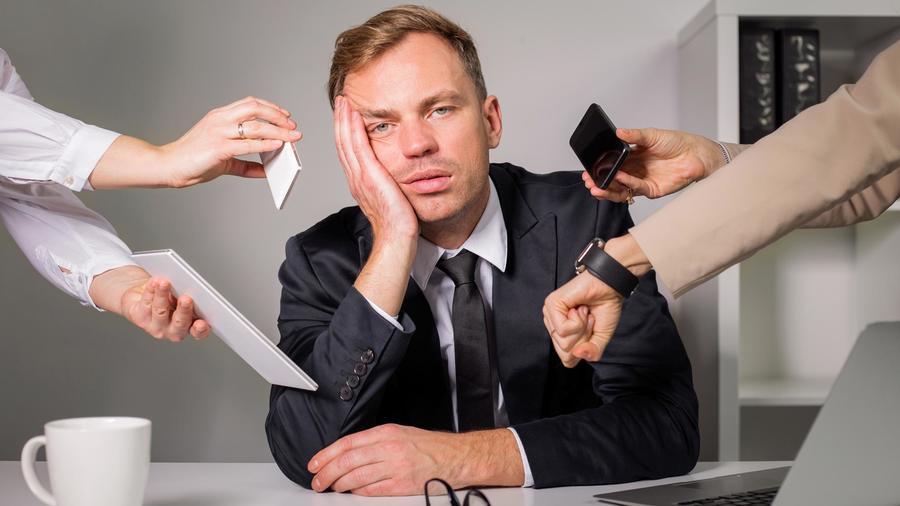 Hombre aburrido trabajando en oficina