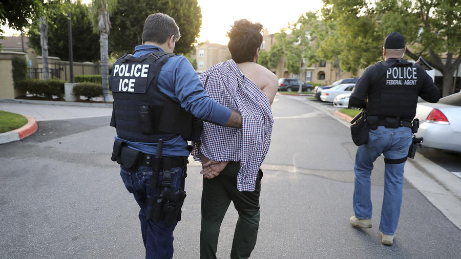 Un agente de ICE detiene a un hombre en San Clemente, California, el11 de mayo de 2017.