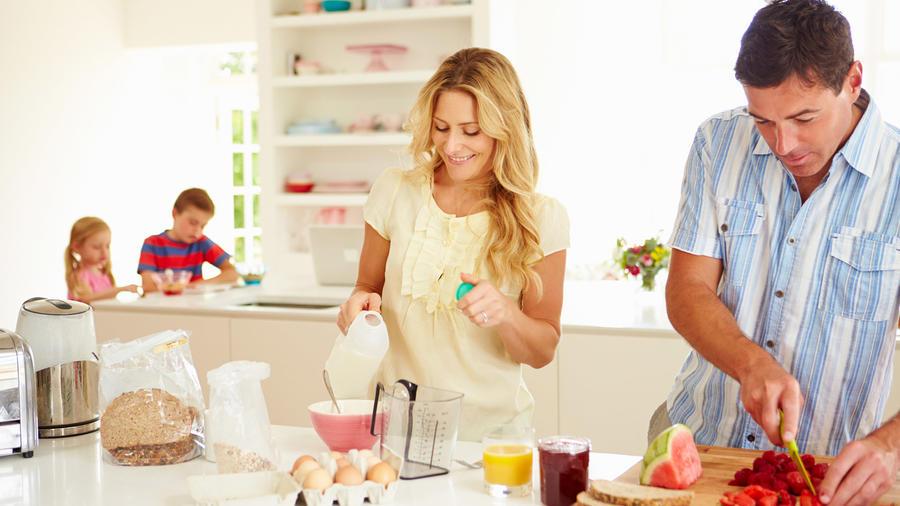 Familia prepara desayuno