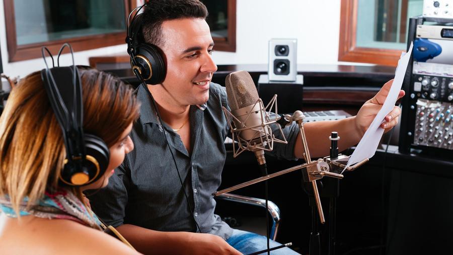 Hombre y mujer locutores de radio
