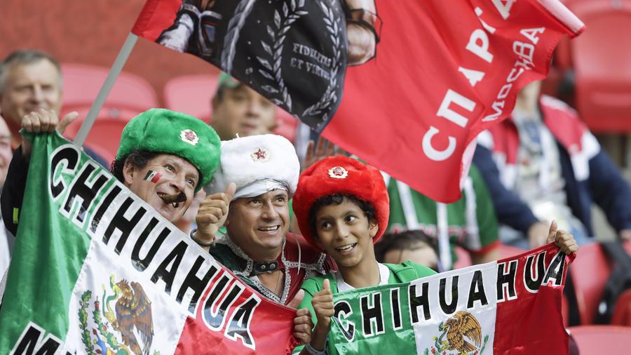 Aficionados mexicanos apoyan al TRI durante sus partidos en la Copa Confederaciones en Rusia