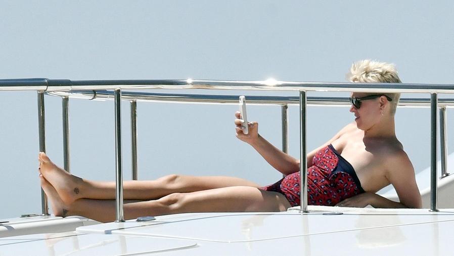 Katy Perry sacándose una selfie