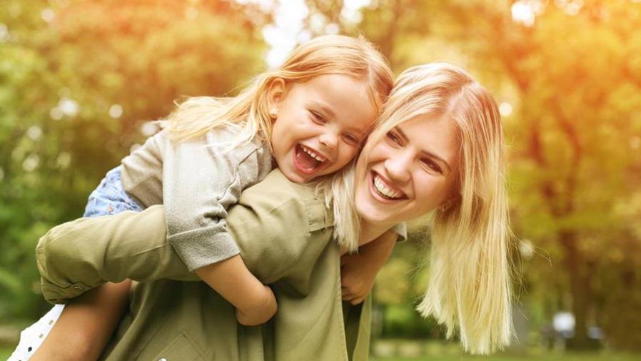 Hija sobre la espalda de su madre