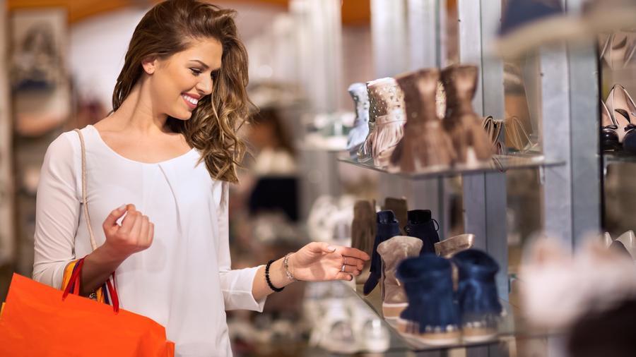 Mujer comprando zapatos