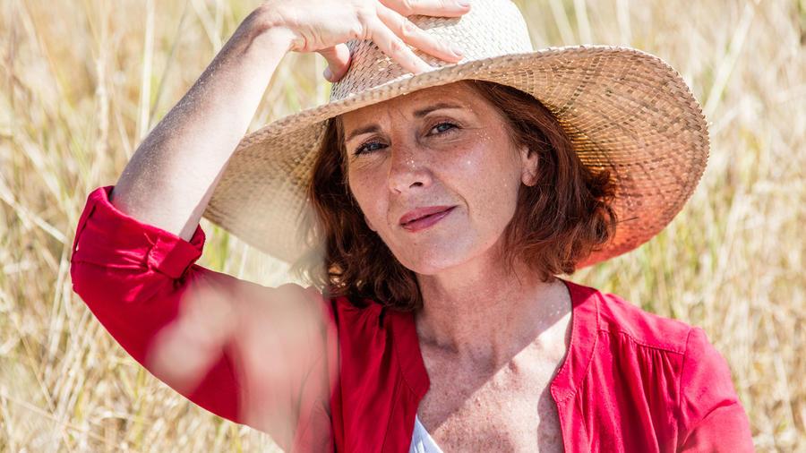 Mujer con gorro al sol