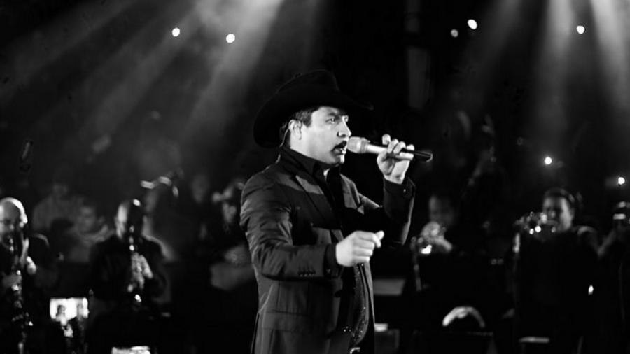 Julión Álvarez canta