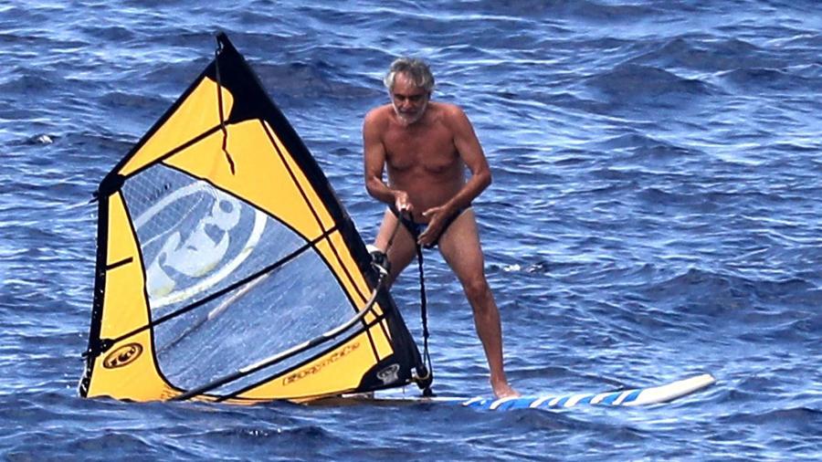Andrea Bocelli practica windsurf
