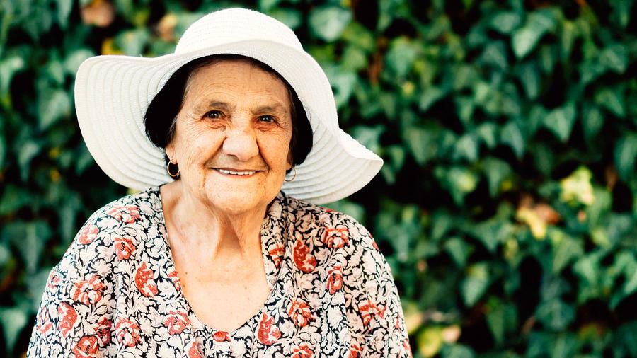 Mujer mayor sonríe