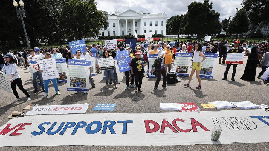 """Manifestación frente a la Casa Blanca a favor de DACA poco antes de que la administración Trump anunciara el cese del programa que afecta a 800.000 jóvenes """"soñadores"""" que llegaron a EEUU como indocumentados de la mano de sus padres cuando eran menores."""